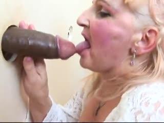 Kortharig blondje aan gort gepaald door twee negerslurven